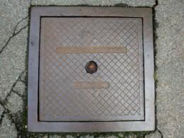 Kanaldeckel, hergestellt von den Westf. Eisen- und Drahtwerken, Aufnahme Juli 2014