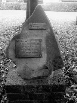 Gedenkstein in der Anlage des KGV Fröhliche Morgensonne, Eingang von der Schweizer Allee (Aufnahme Klaus Winter, Dortmund)
