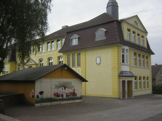 """Im Schatten der """"Gelben Schule"""" stand die alte Feuerwehrbaracke. Heute befindet sich dort der Erweiterungsbau der Schule (Aufnahme: Klaus Winter, Dortmund, 2006)"""